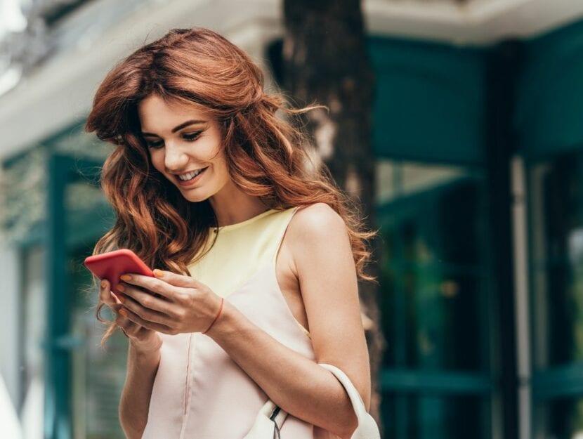 ragazza con smartphone, etichetta della chat di gruppo